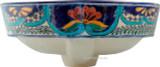 手工制作的鱼和花在柜台上的浴缸水槽