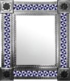 墨西哥墙上有殖民地庄园瓷砖的镜子