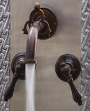经典殖民地浴室墙壁青铜水龙头