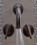 庄园浴室墙青铜水龙头