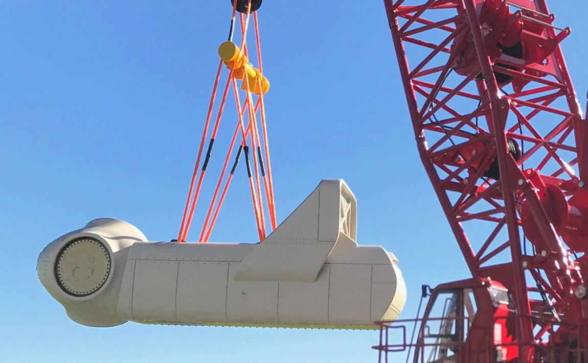 Nacelle crane load hanging from Manitowoc 18000