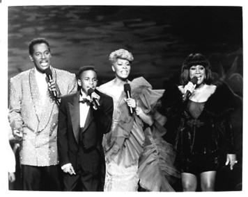 "Dionne Warwick on Stage with 3 others 8 ""x 10"" B&W Glossy Photo"