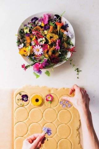 ดอกไม้กินได้อยู่ในจาน