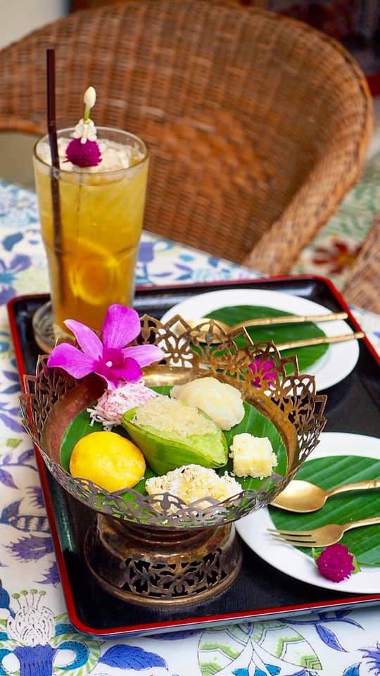 ชุดน้ำชากับขนมไทยในพิพิธภัณฑ์วัฒนธรรมดอกไม้