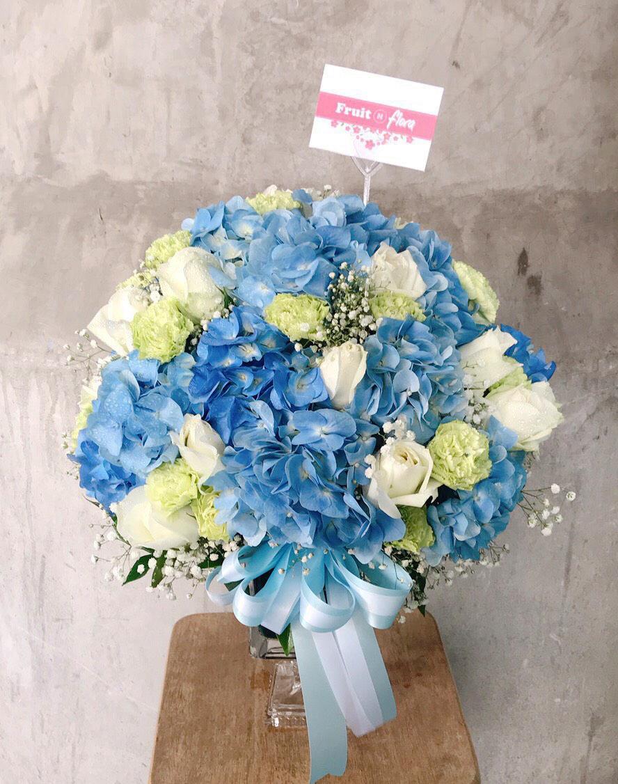 แจกันดอกไฮเดรนเยียและกุหลาบสำหรับวันวาเลนไทน์จากร้าน FruitNFlora