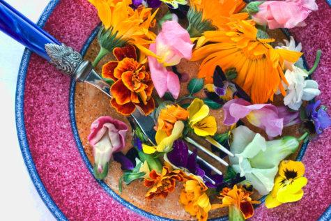 จานซ้อมและดอกไม้