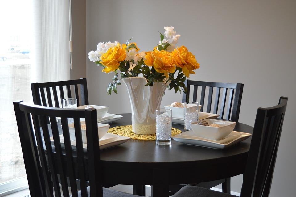 ประโยชน์ของดอกไม้ - แจกันดอกไม้บนโต๊ะอาหาร