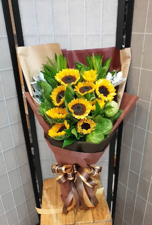 ช่อดอกทานตะวัน ช่อดอกไม้แห่งความรักที่มั่นคง เฉกเช่นดอกทานตะวันที่เฝ้ามองพระอาทิตย์ตลอดเวลา