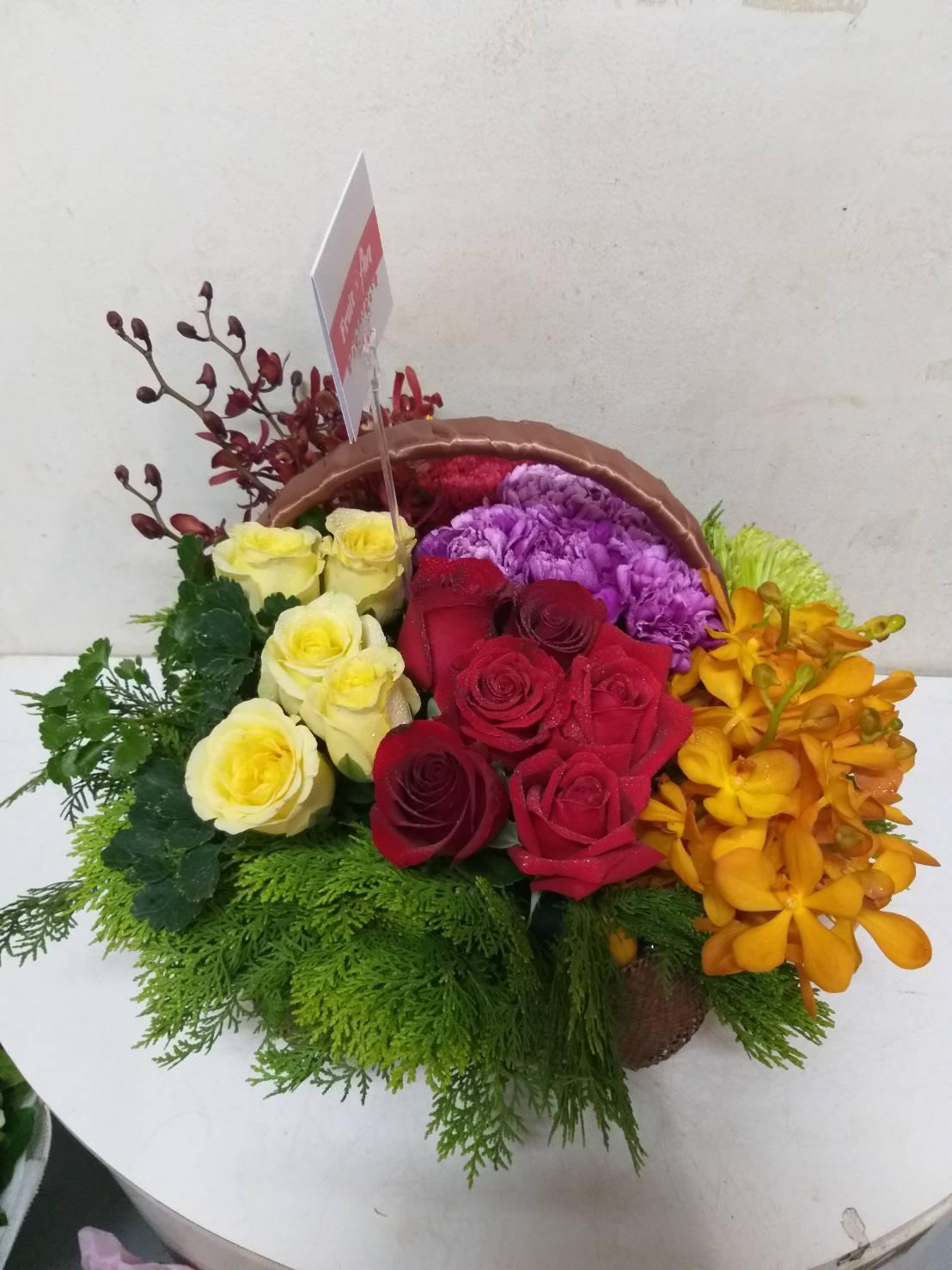 กระเช้าดอกไม้สดหลากสีสันสวยงาม โดดเด่นสะดุดตา