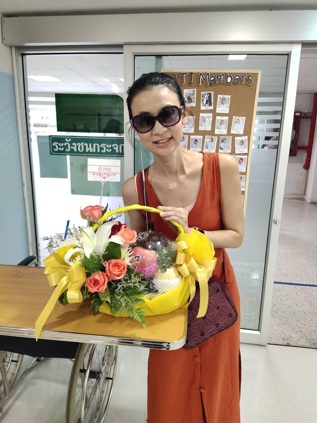 ช่อดอกกุหลาบสวย ๆ แซมด้วยดอกมัมและดอกยิปโซ เต็มไปด้วยความปรารถนาดีค่ะ