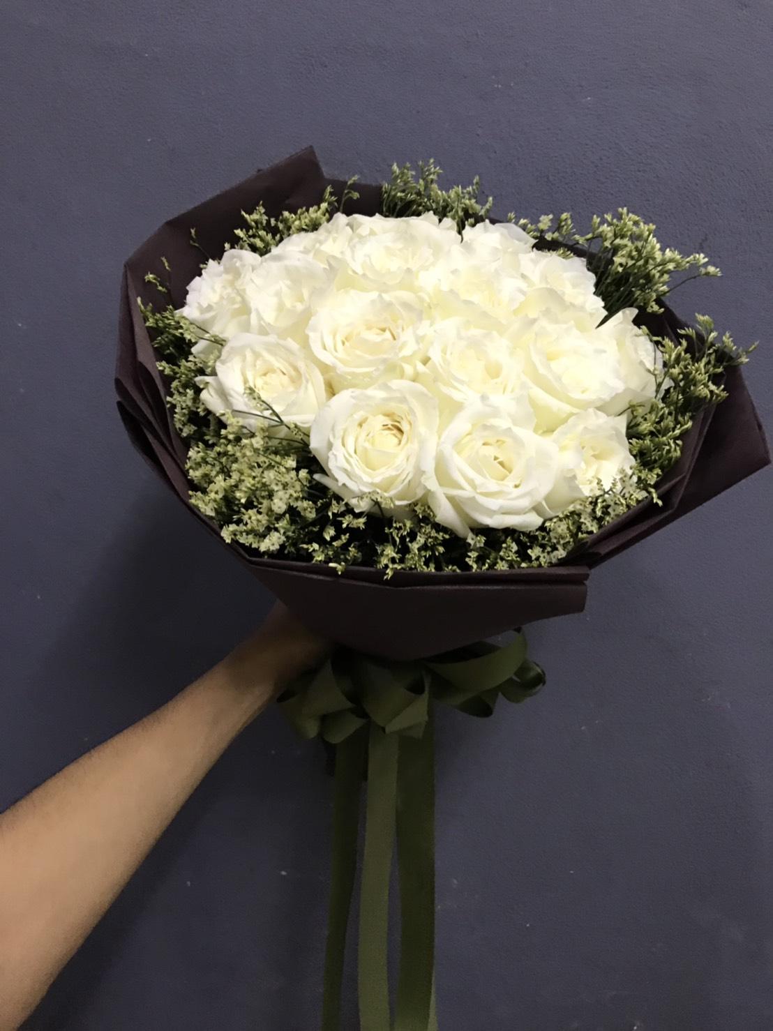 ดอกกุหลาบขาว จัดเป็นช่อดอกไม้ดีไซน์สวย พร้อมส่งให้คนพิเศษของคุณค่ะ