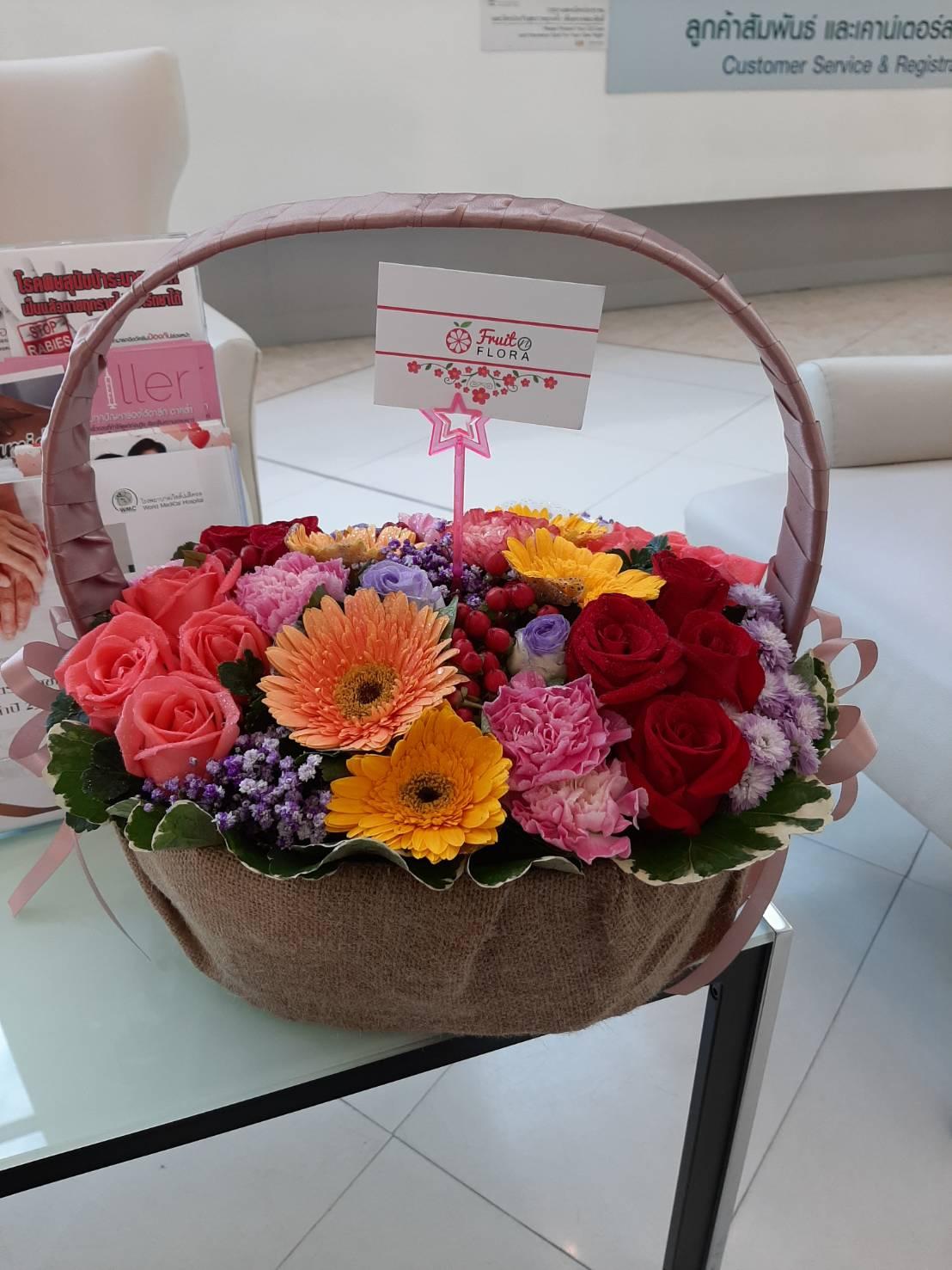 กระเช้าดอกไม้สุดชิค มาพร้อมกับดอกไม้สีสันสดใสหลายชนิดเลยทีเดียวค่ะ