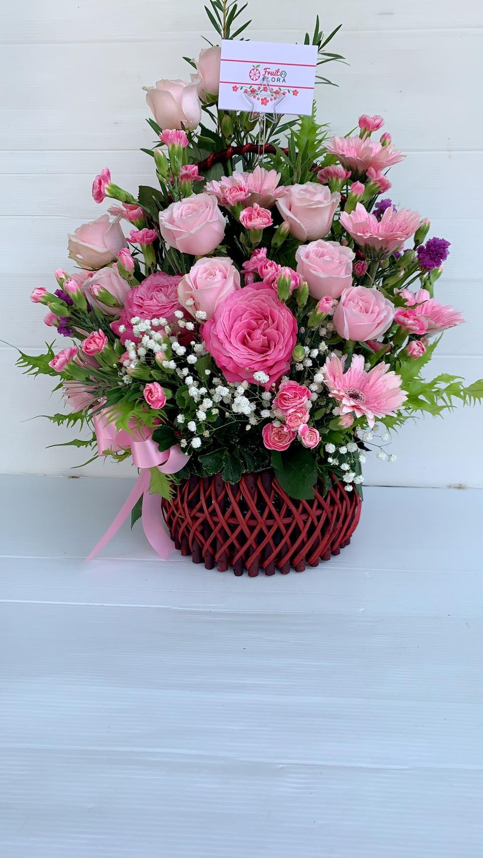 กระเช้าดอกไม้ทรงเสน่ห์ อ่อนหวานด้วยดอกไม้หลากหลายชนิดเลยนะคะ