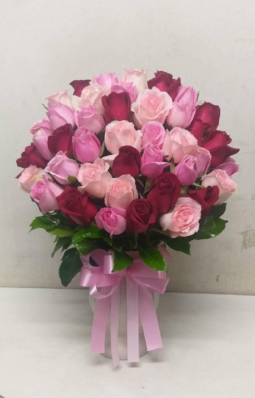 ดอกกุหลาบคละสี จัดเรียงสวยในแจกันดอกไม้ สื่อถึงความอ่อนช้อยได้ดีค่ะ