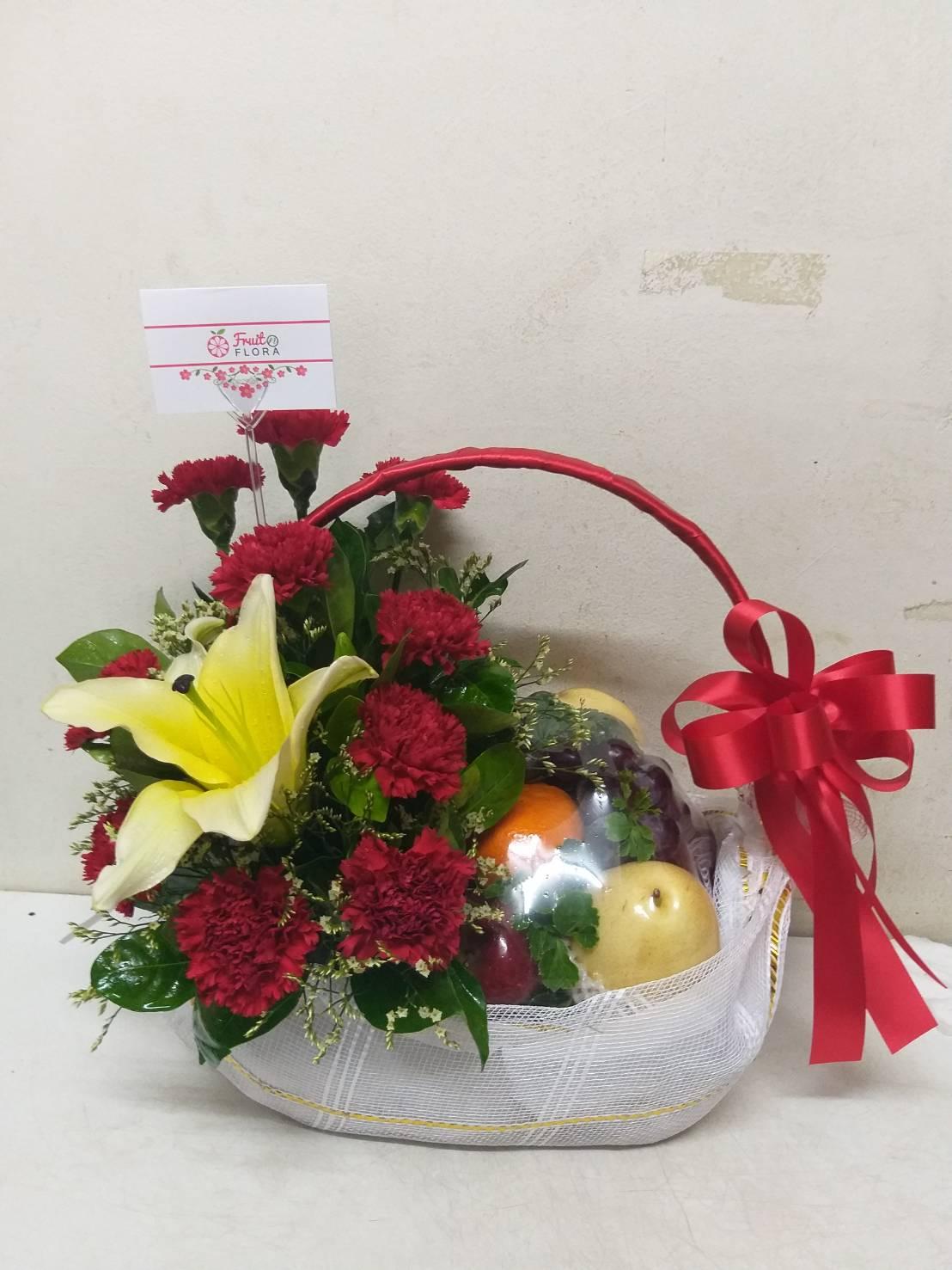 กระเช้าผลไม้ประกอบไปด้วยผลไม้สดตามฤดูกาล โดดเด่นด้วยดอกไม้สีแดงสะดุดตา