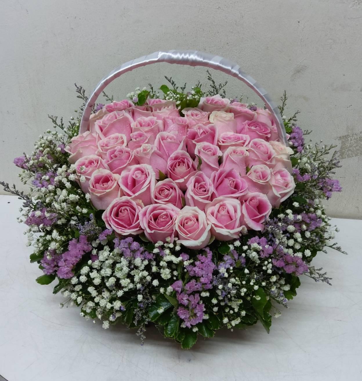 กระเช้าดอกกุหลาบสีชมพูสุดหวาน สร้างความสุขและรอยยิ้มให้ผู้รับได้ดีค่ะ