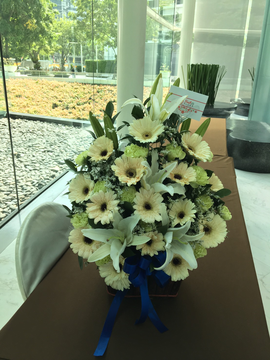 กระเช้าดอกไม้สีขาวบริสุทธิ์ แทนความจริงใจจากผู้มอบที่ส่งถึงผู้รับนะคะ
