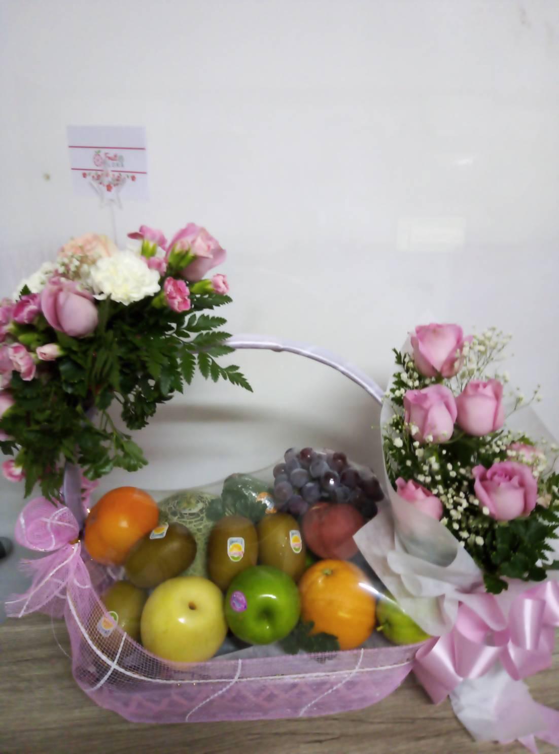 กระเช้าผลไม้ไซส์บิ๊ก มาพร้อมกับช่อดอกกุหลาบแสนสวย ยินดีจัดส่งให้คุณค่ะ