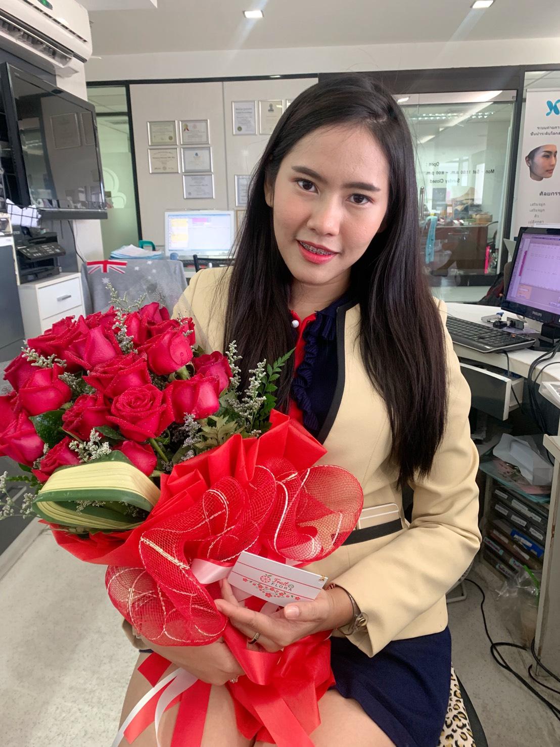 ช่อดอกกุหลาบแดงทรงสูง มองเห็นแต่ไกล สวยเด่นสะดุดตาทุกคนจริง ๆ ค่ะ