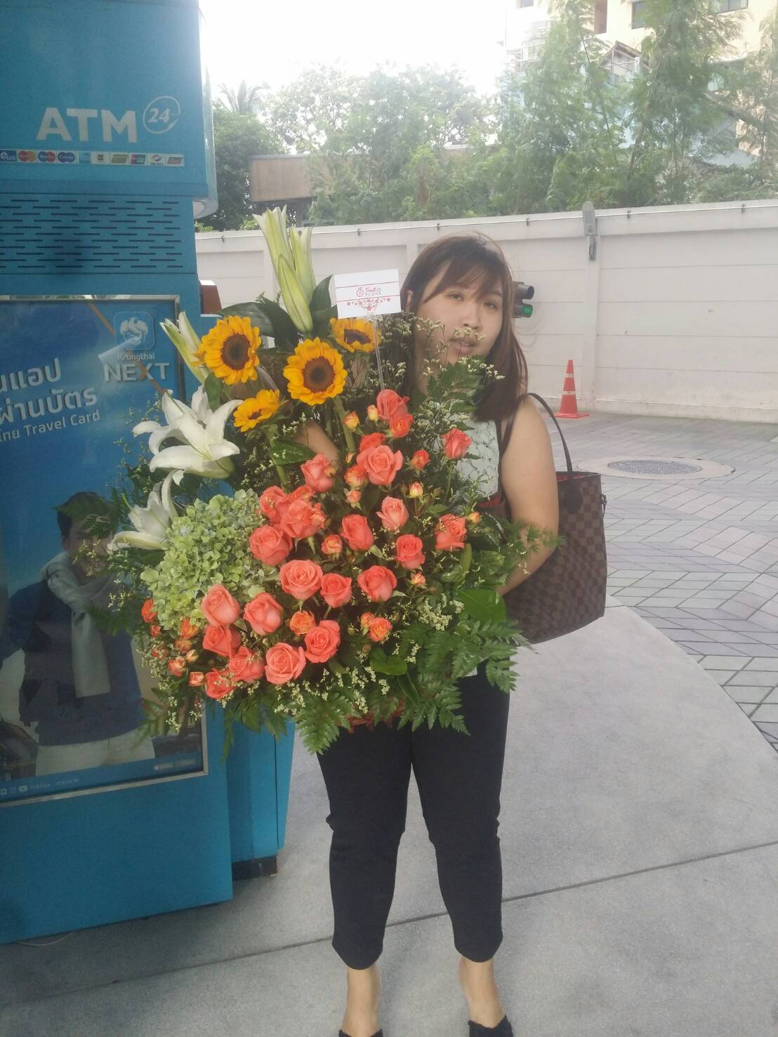 ให้กระเช้าดอกไม้โทนสีอบอุ่นของเรา ได้เติมเต็มความสุขของคุณนะคะ