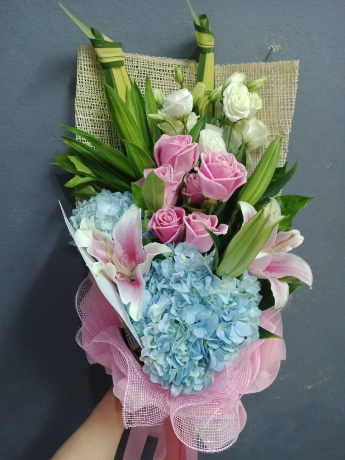 ช่อดอกไม้เก๋ไก๋ที่มีสีฟ้าของดอกไฮเดรนเยียเป็นพระเอกโชว์ความสวยงามค่ะ