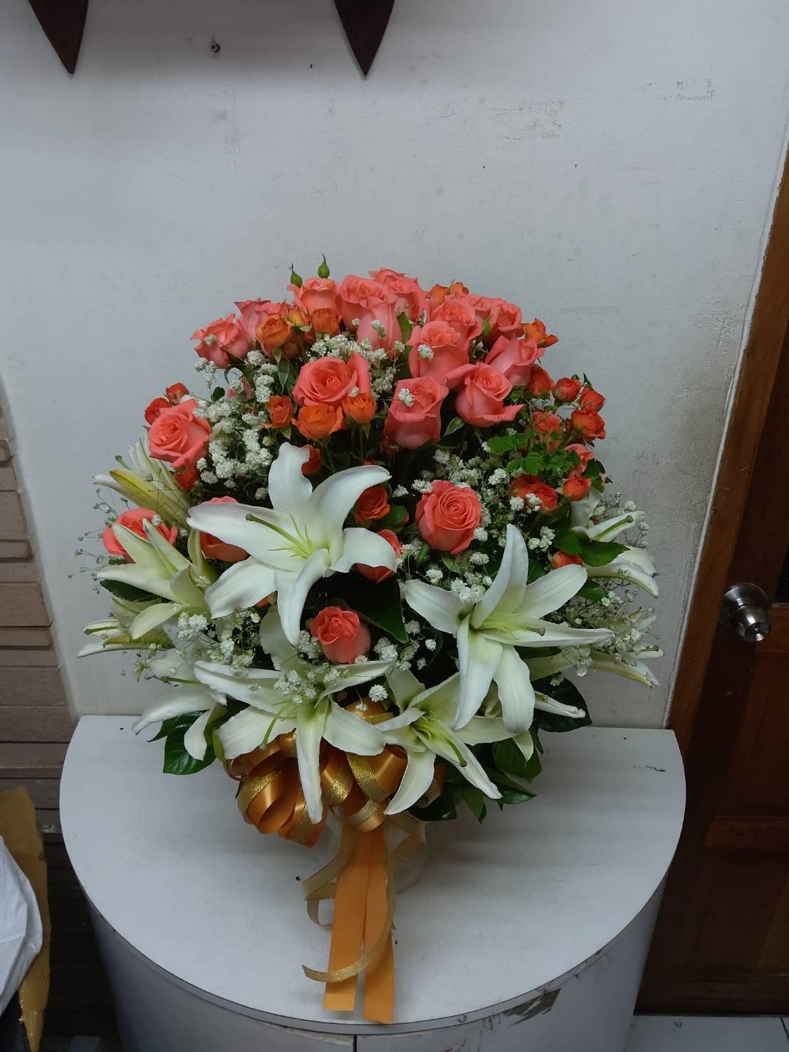 นี่คือแจกันดอกไม้ที่ผสมผสานกันลงตัวระหว่างดอกกุหลาบและดอกลิลลี่ค่ะ