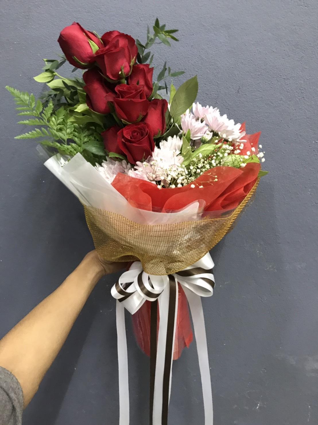 ช่อดอกกุหลาบสุดชิค แซมด้วยดอกมัมและดอกยิปโซ ช่วยเพิ่มความงามค่ะ