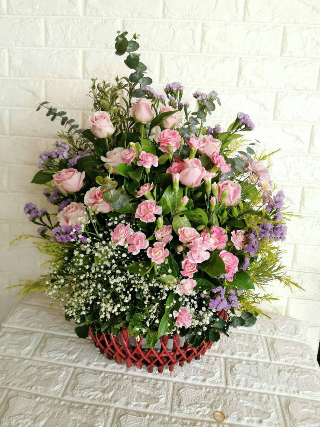 กระเช้าดอกไม้สีเย็นตา ประกอบด้วยดอกไม้สีชมพูหวานหลากหลายชนิดค่ะ