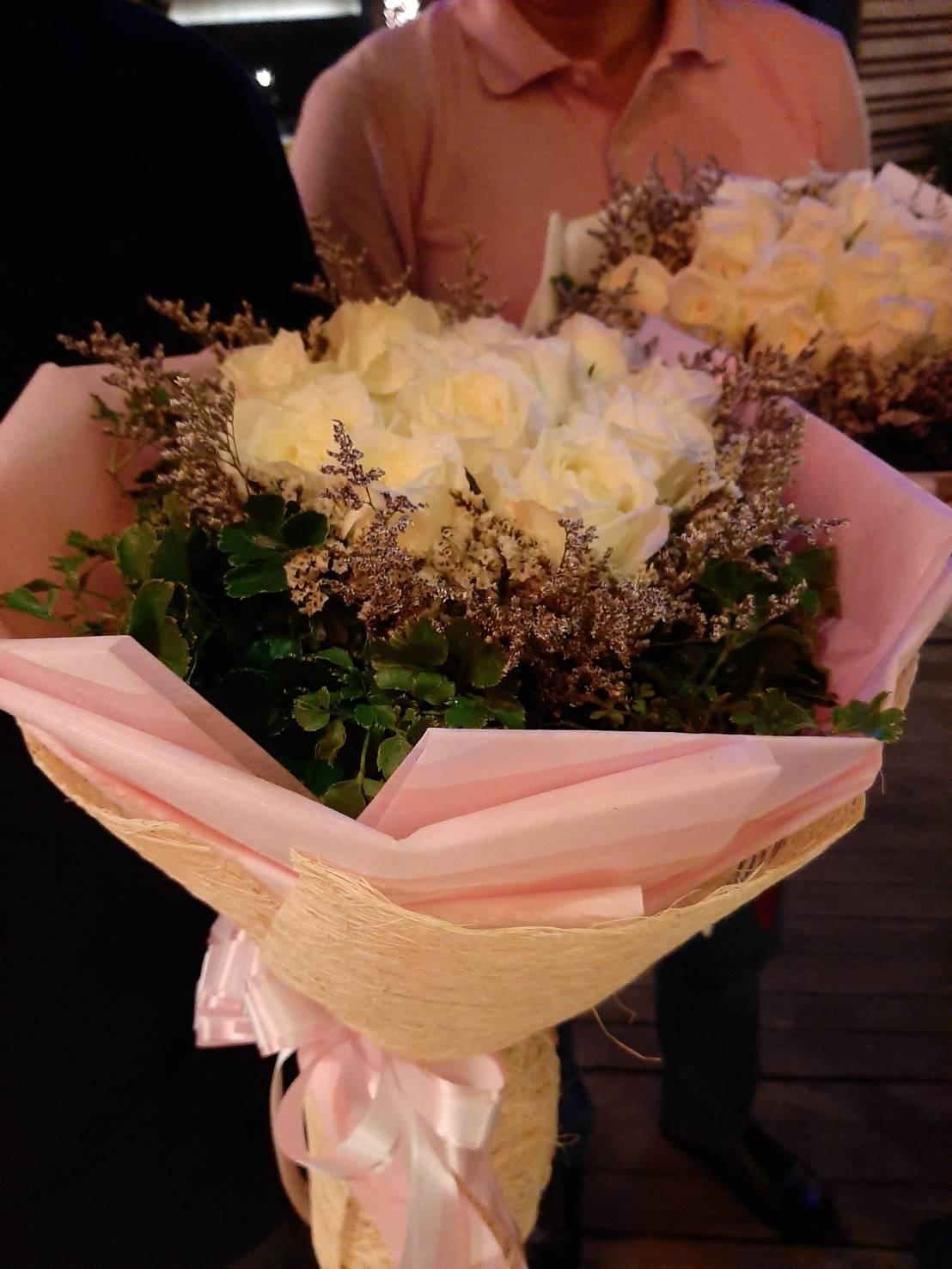 ช่อดอกไม้แสนหวาน เลือกใช้ดอกกุหลาบสีขาวบริสุทธิ์เพื่อสื่อความในใจค่ะ