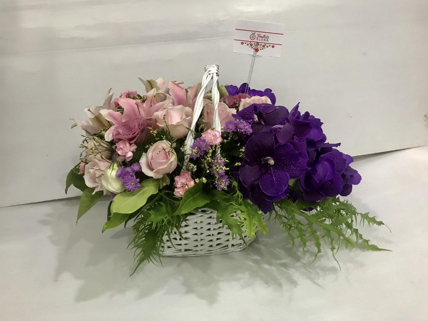 กระเช้าดอกไม้เพิ่มลูกเล่นด้วยการเล่นสีชมพู-ม่วง มองดูแล้วเพลินตาดีนะคะ