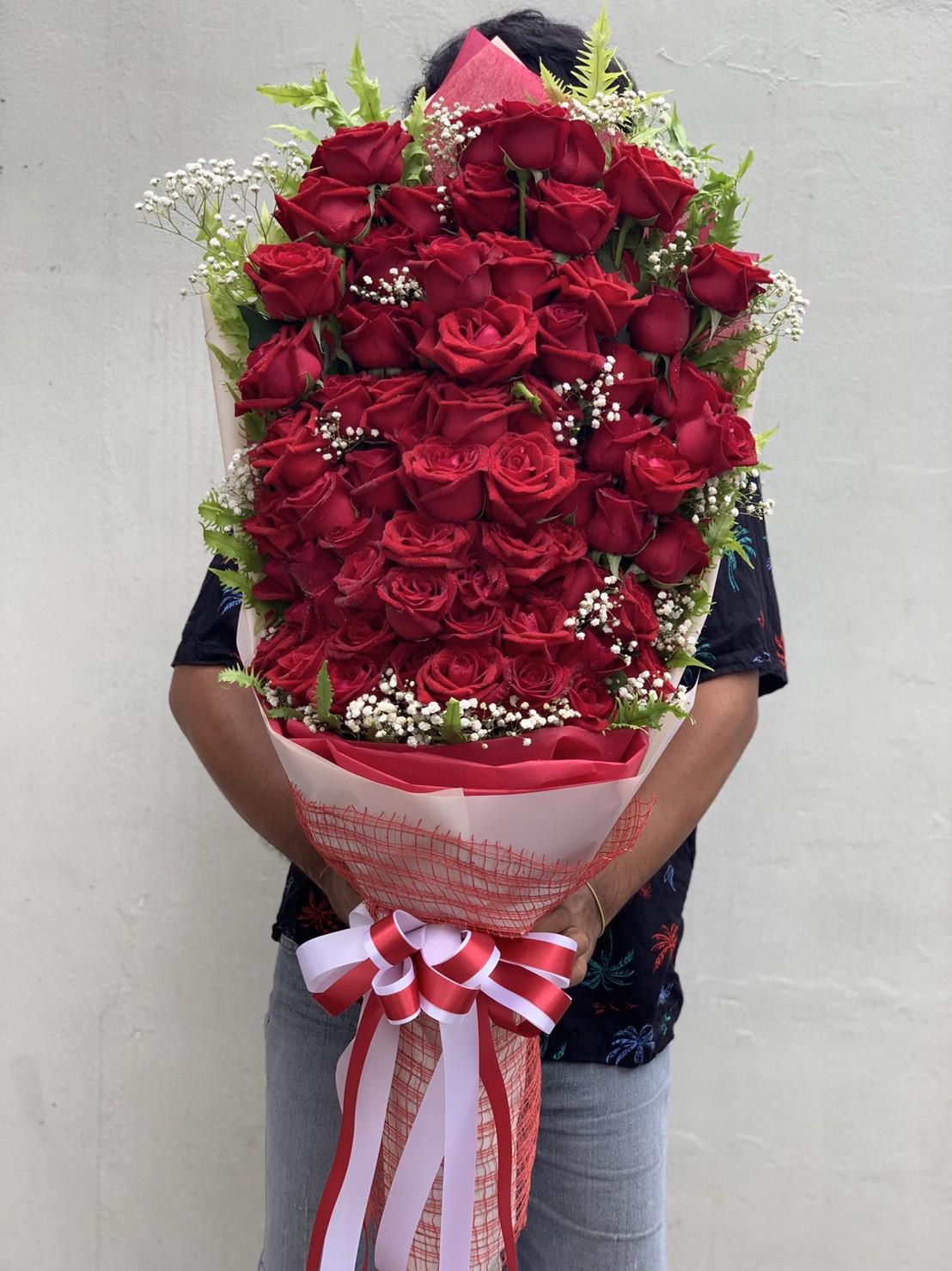 ช่อดอกไม้ไซส์ใหญ่ เต็มไปด้วยดอกกุหลาบร่วม 70 ดอก สวยจริง ๆ นะคะ