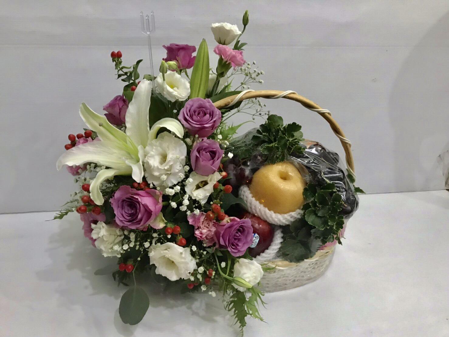 กระเช้าผลไม้ดี ๆ มีผลไม้สดใหม่ตามฤดูกาล ประดับตกแต่งด้วยดอกไม้สดค่ะ