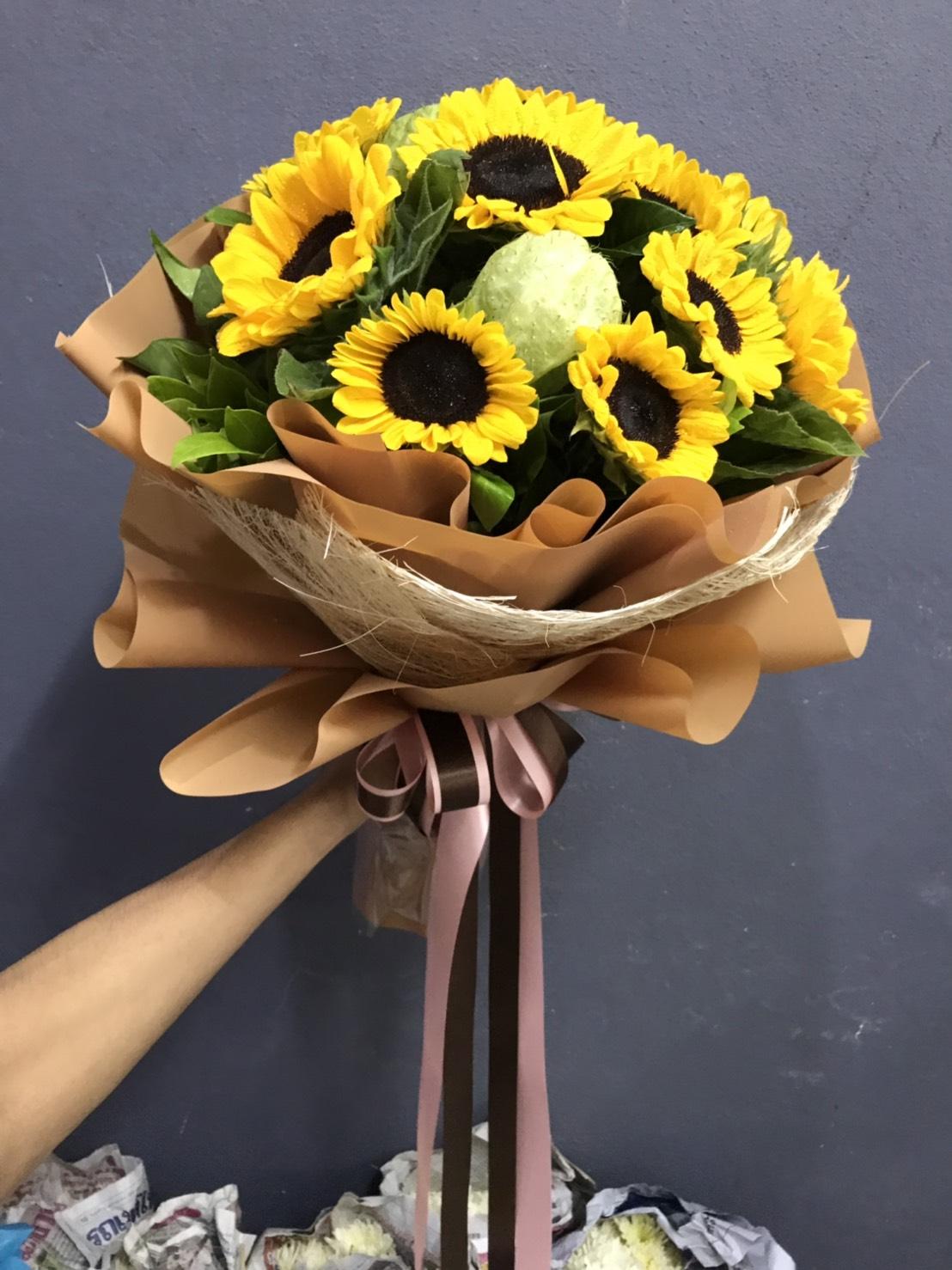 ช่อดอกทานตะวันสีีเหลืองสดใส มองแล้วสบายตา ได้กำลังใจดี ๆ อีกด้วยค่ะ