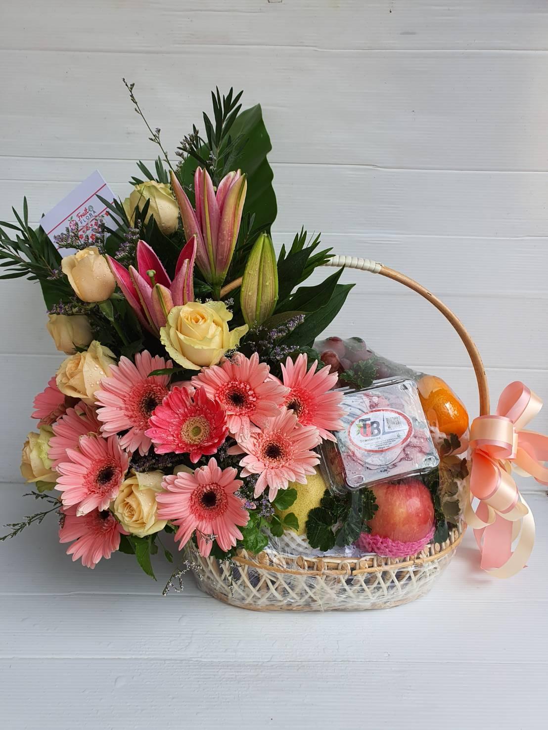 กระเช้าผลไม้ตามฤดูกาล เน้นโทนสีชมพูอ่อนหวานด้วยดอกไม้เกรดเอค่ะ
