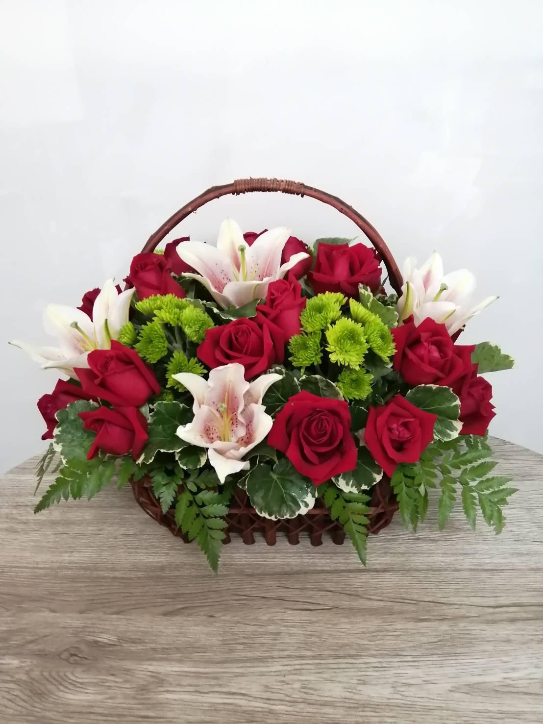 กระเช้าดอกไม้น่ารัก ๆ เอาใจคนชอบดอกกุหลาบและดอกลิลลี่เป็นที่สุดค่ะ