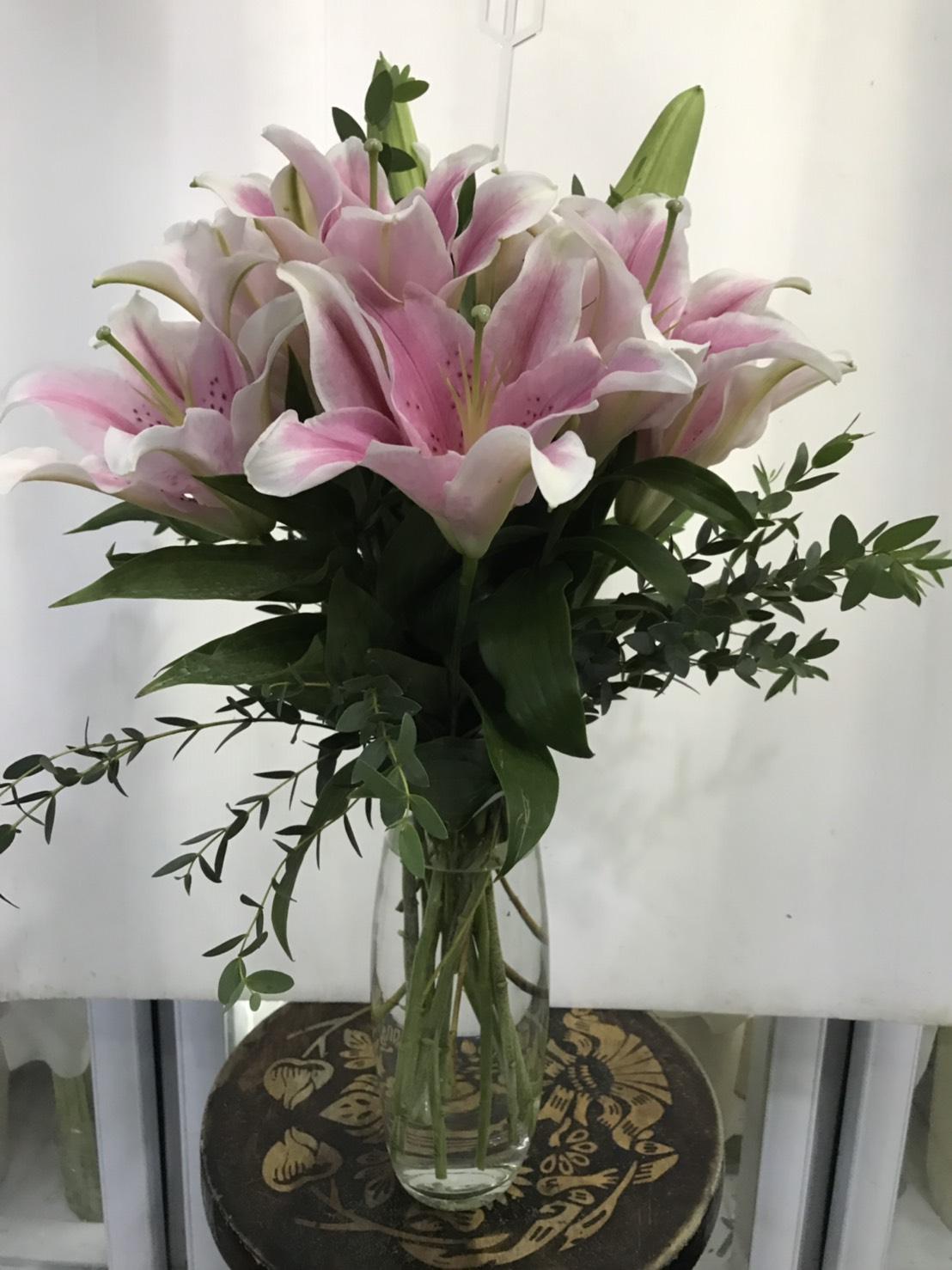 แจกันดอกไม้สวย ๆ คัดดอกลิลลี่ชั้นดีมาจัดใส่ เพิ่มความสดใสได้ดีเยี่ยมค่ะ