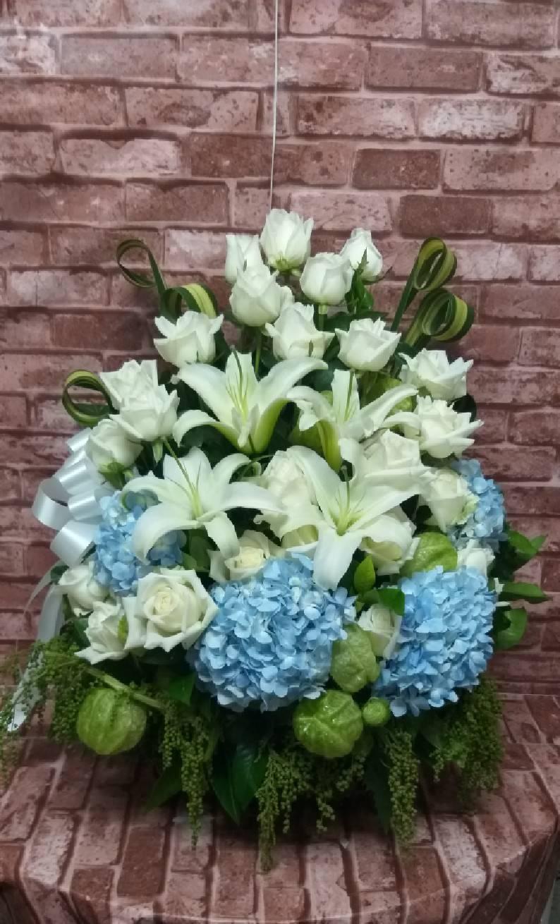 กระเช้าดอกไม้ดีไซน์สวย เสริมความพิเศษด้วยดอกไฮเดรนเยียสีฟ้าด้วยค่ะ