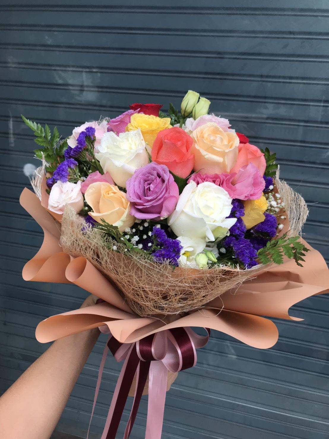 ช่อดอกไม้ที่มีเสน่ห์ไม่ซ้ำใคร เพราะประกอบด้วยดอกไม้หลากสีสันนะคะ