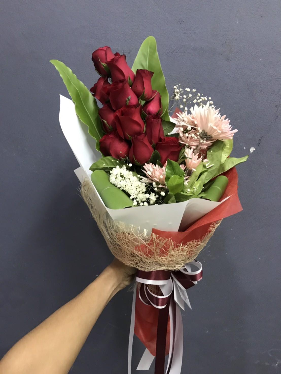 ช่อดอกกุหลาบแดง แซมด้วยดอกยิปโซ สื่อถึงความรักความหวังดีนะคะ