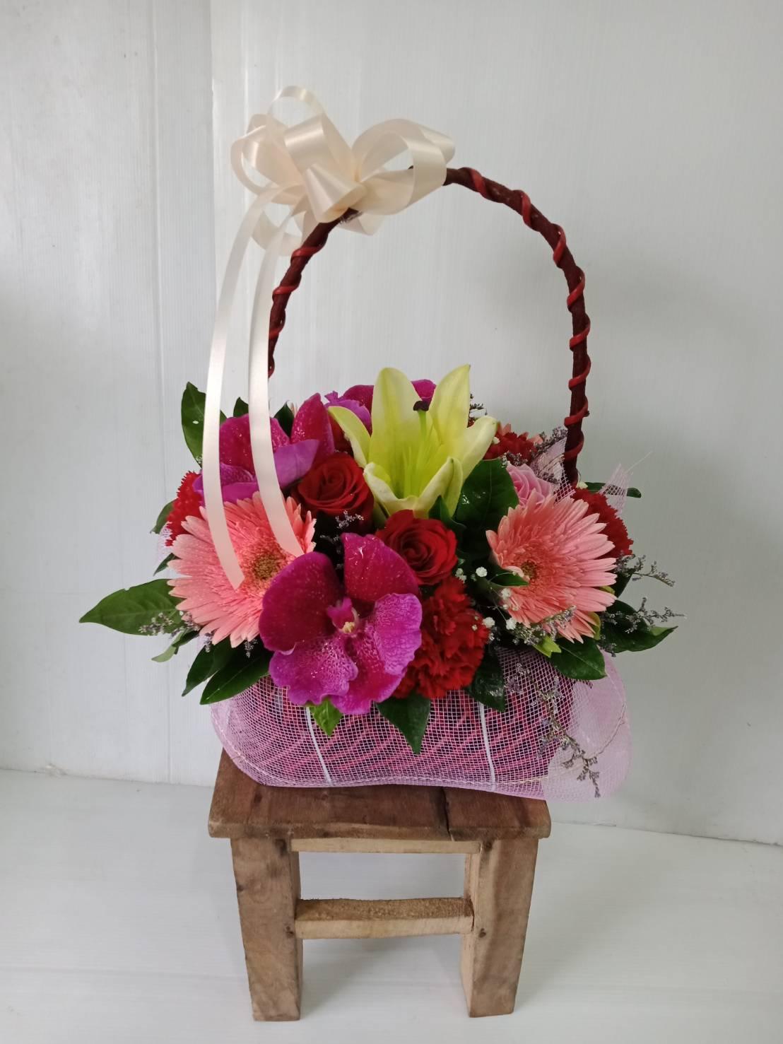 กระเช้าดอกไม้สุดชิิค ประกอบด้วยดอกไม้หลากหลายชนิดในกระเช้าเดียวค่ะ