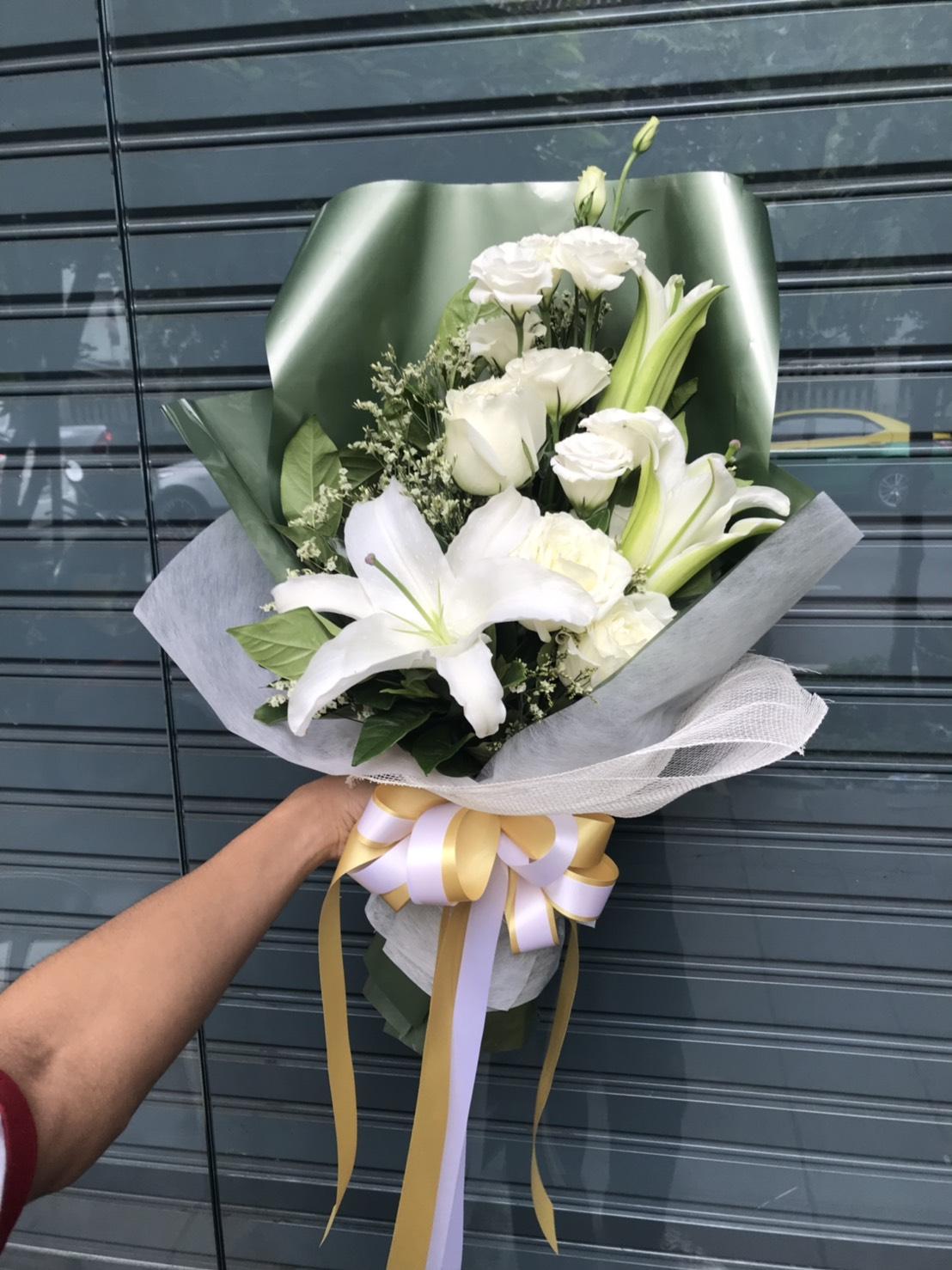 สีขาวล้วนของช่อดอกไม้ มองดูเพลินตาเพราะใช้กุหลาบและลิลลี่อย่างดีค่ะ