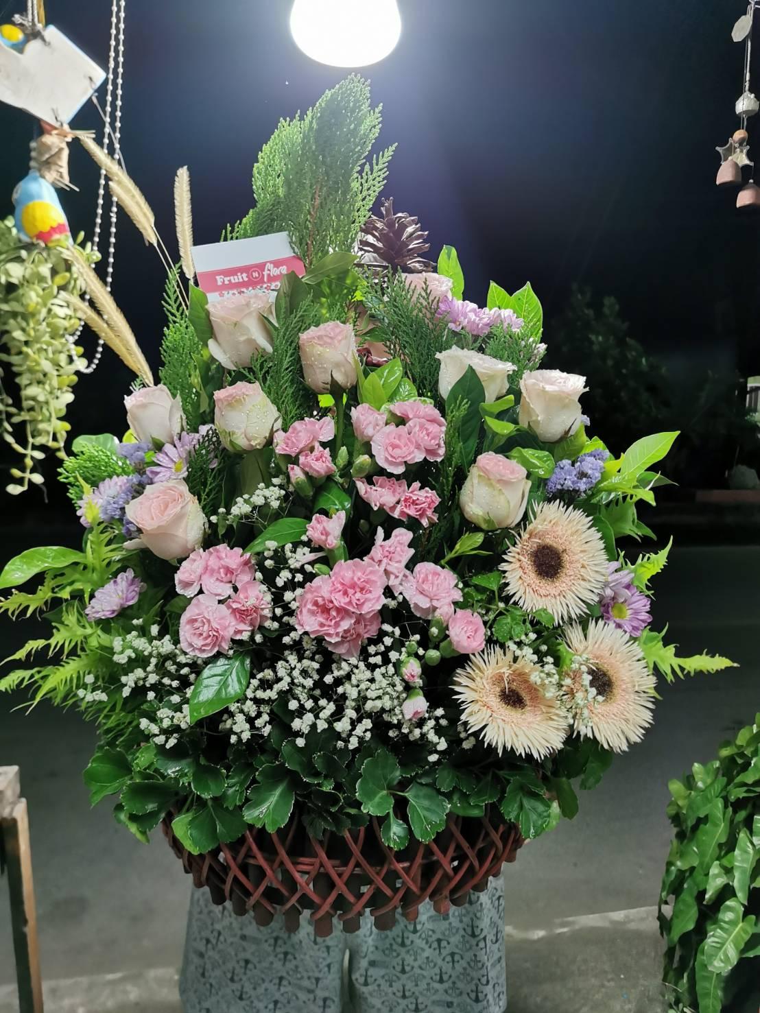 กระเช้าดอกไม้สุดพิเศษ สวยงามด้วยดอกไม้คัดเกรดหลากหลายชนิดนะคะ