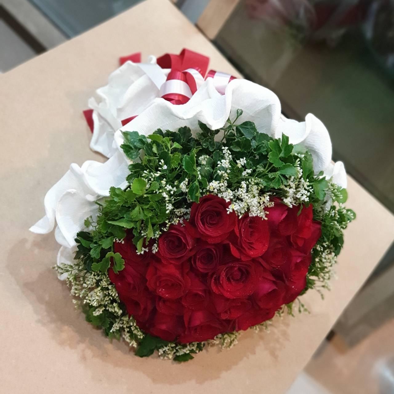 กระเช้าดอกไม้ช่อกลม เลือกใช้ดอกกุหลาบแต่ชั้นดีเท่านั้นในการจัดทำค่ะ