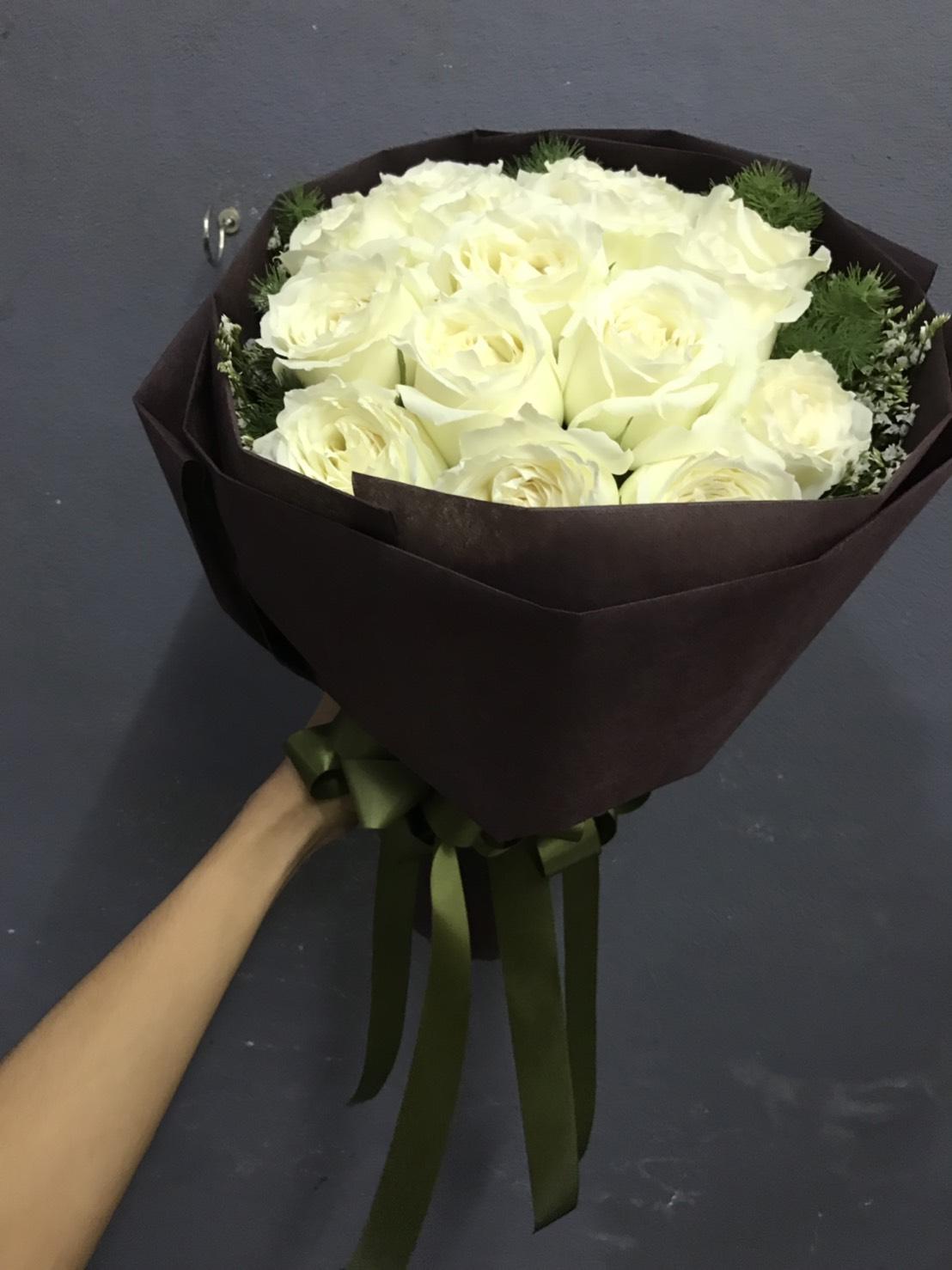ช่อดอกกุหลาบขาว จัดเป็นช่อสวยแบบเรียบหรู น่าทะนุถนอมสุด ๆ เลยค่ะ
