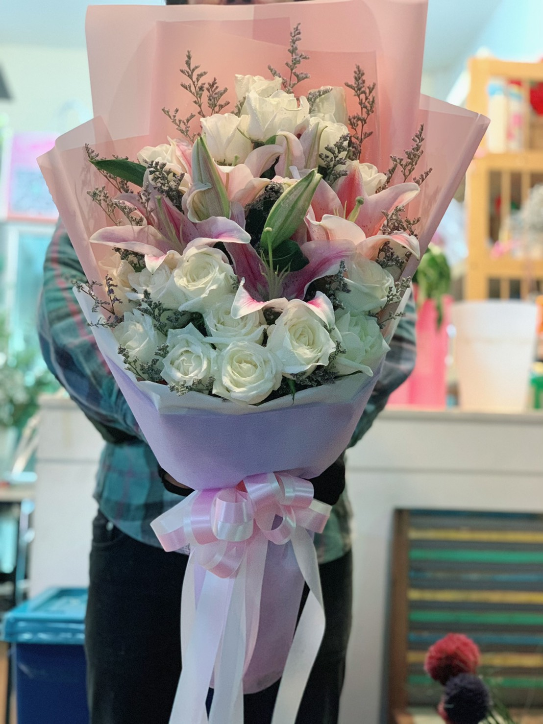 ช่อดอกกุหลาบแสนสวย แซมด้วยดอกลิลลี่สีหวานชวนมอง