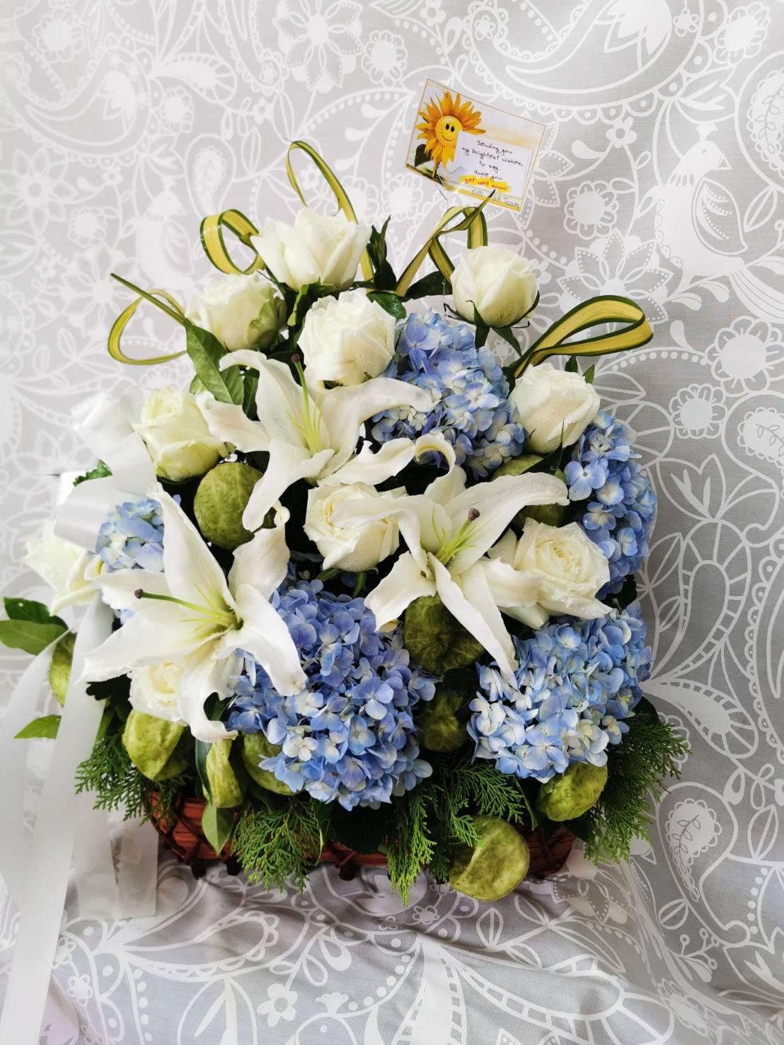 กระเช้าดอกไม้สุดคลาสสิก มีดอกไฮเดรนเยียสีน้ำเงินเป็นจุดเด่น