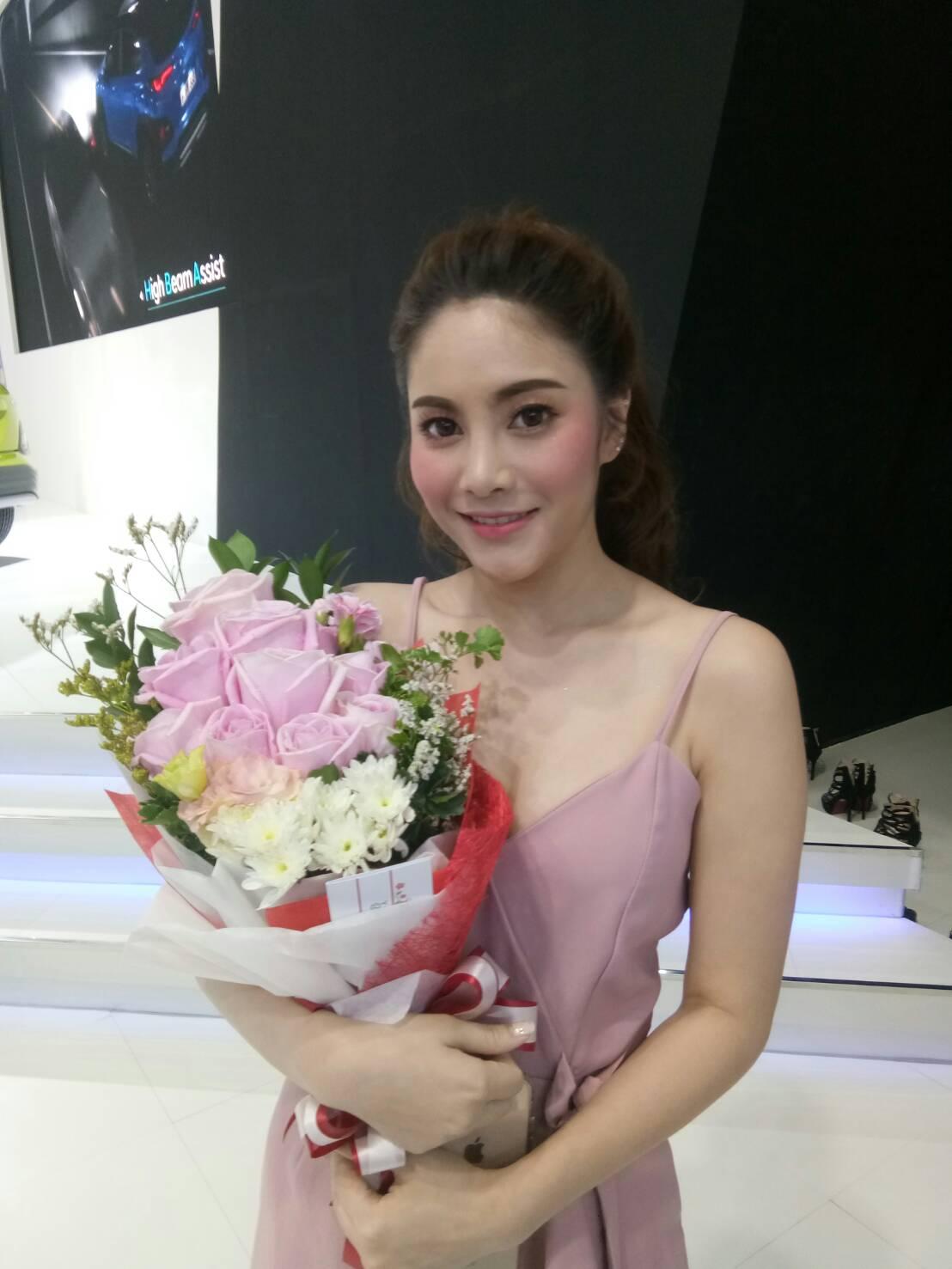 ช่อดอกกุหลาบสีชมพู แซมด้วยดอกมัมและดอกยิปโซ