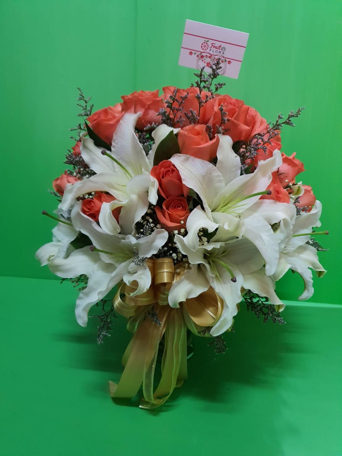 แจกันใส่ดอกไม้ เน้นตกแต่งด้วยดอกกุหลาบสีส้มกับลิลลี่สีขาว
