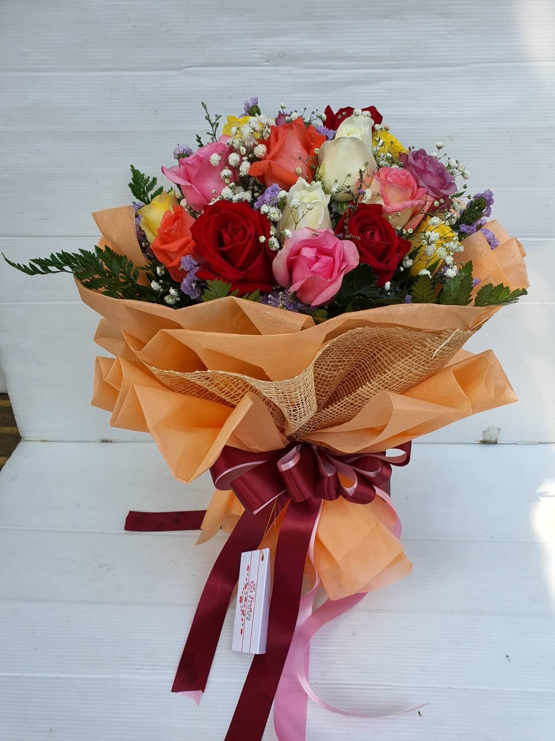 ช่อดอกไม้สวย ๆ เลือกใช้ดอกกุหลาบหลากสีมาจัดองค์ประกอบที่ลงตัว