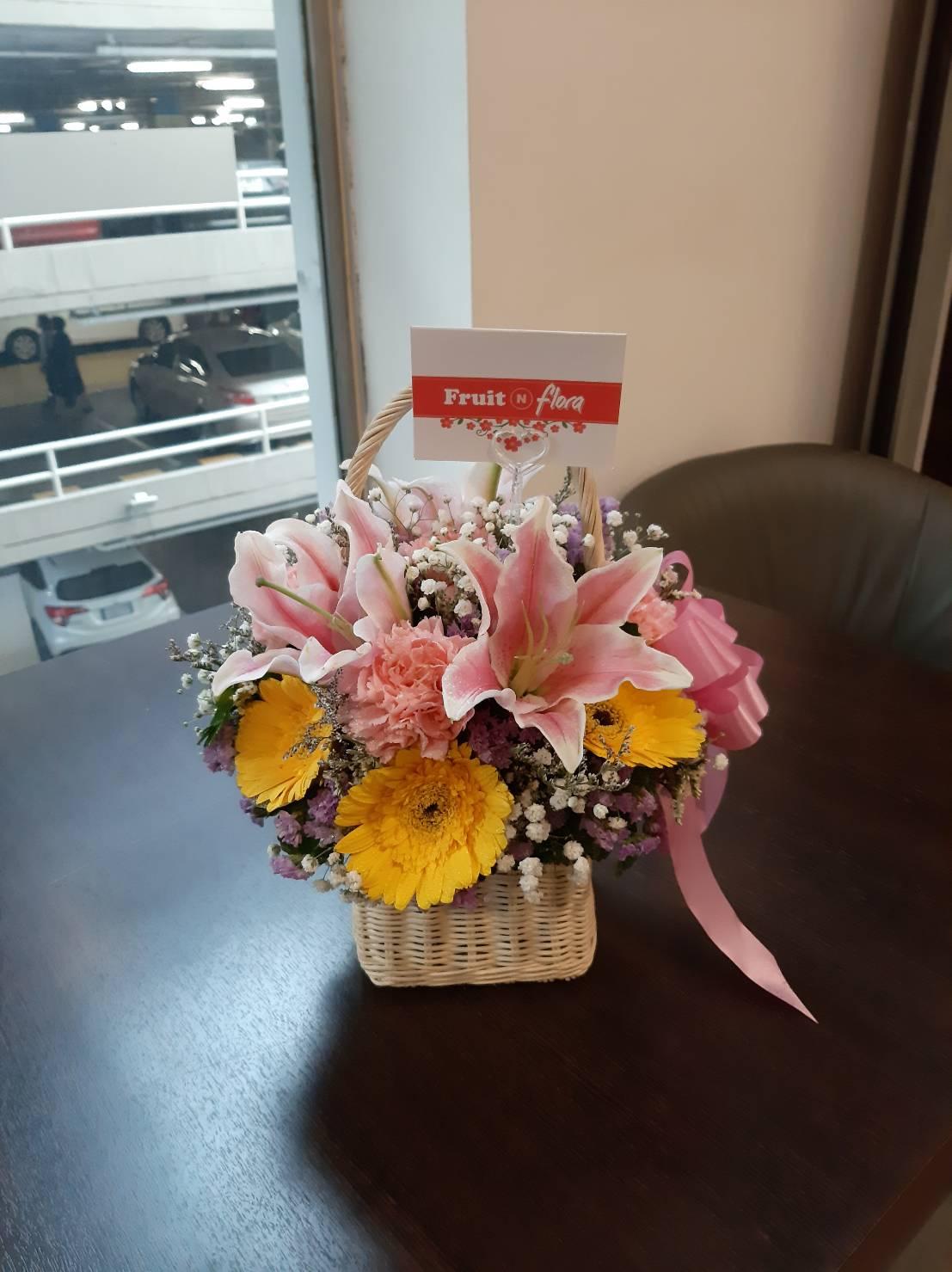 ดอกลิลลี่ คาร์เนชั่น และมัม รวมตัวกันอยู่ในกระเช้าดอกไม้ไซส์เล็กน่ารัก